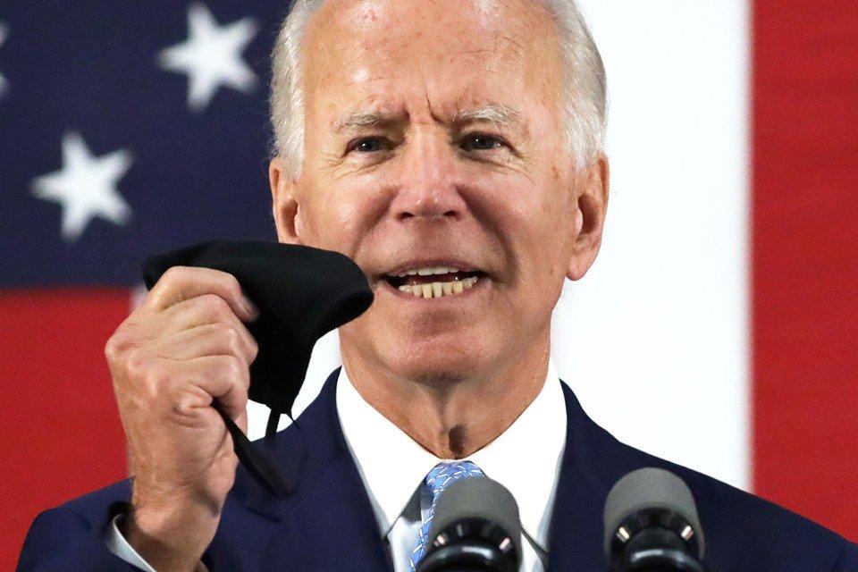 Joe Biden segurando máscara