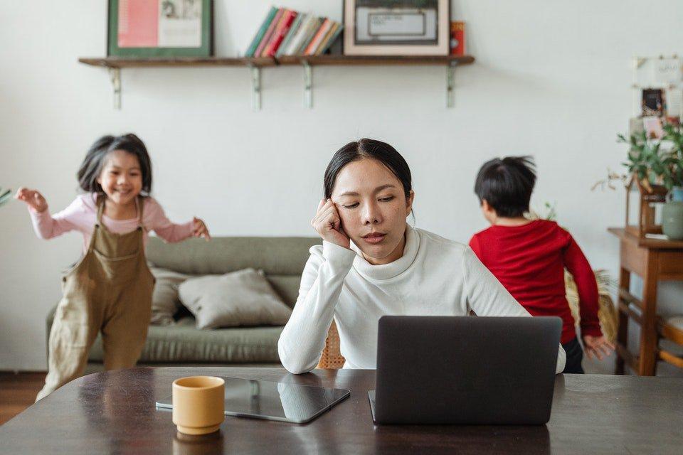 crianças fazendo barulho no home office