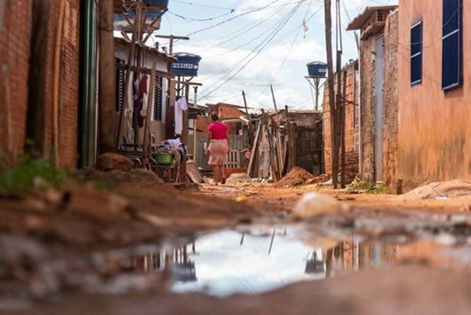 Mulher caminhando em favela