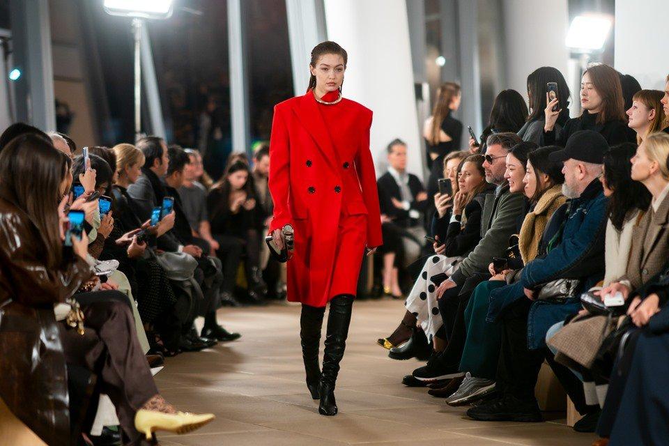 Gigi Hadid desfilando para Proenza Schouler na Semana de Moda de Nova York