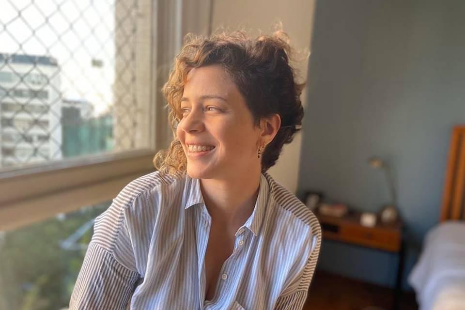 Leandra Leal sorrindo
