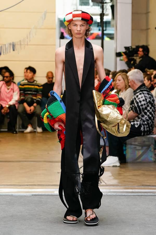 Modelo com cardigã da JW Anderson na Semana de Moda de Paris