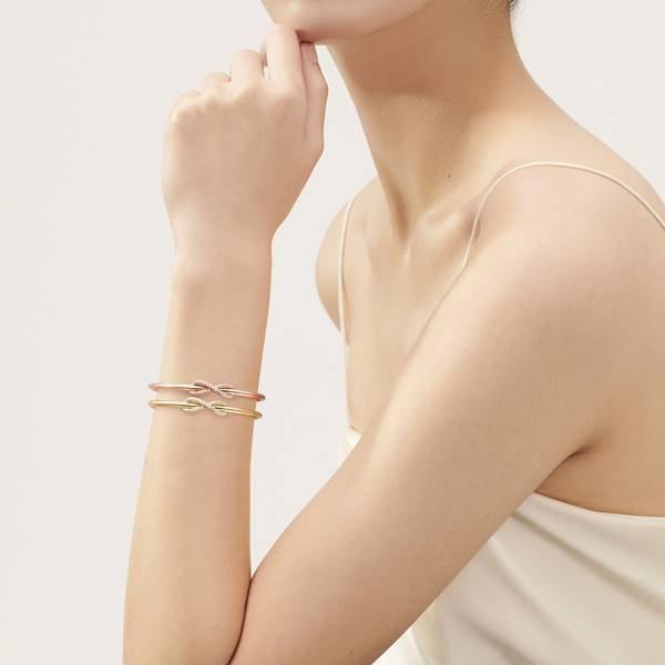 modelo usa joias da Tiffany