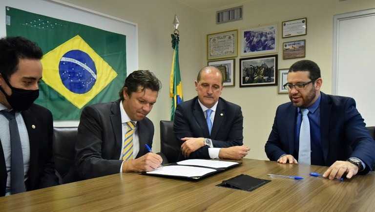 ministro da Cidadania, Onyx Lorenzoni, e o defensor público-geral da União (DPGU), Gabriel Faria Oliveira