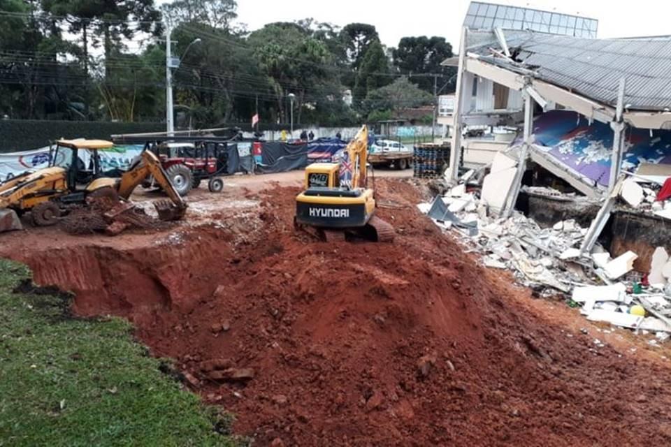 Escavadeiras em prédio que desabou