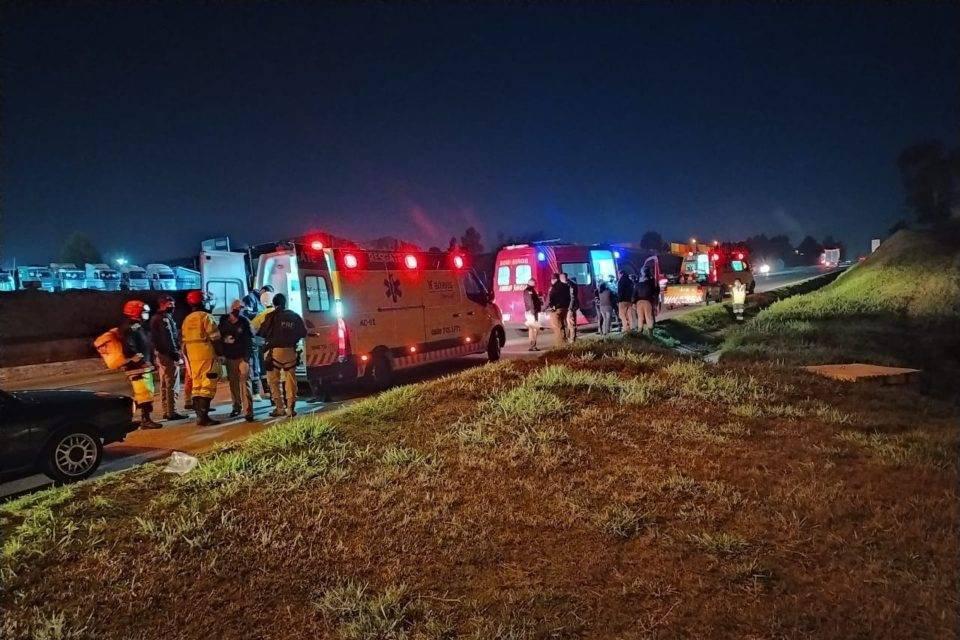 Ambulâncias em rodovia