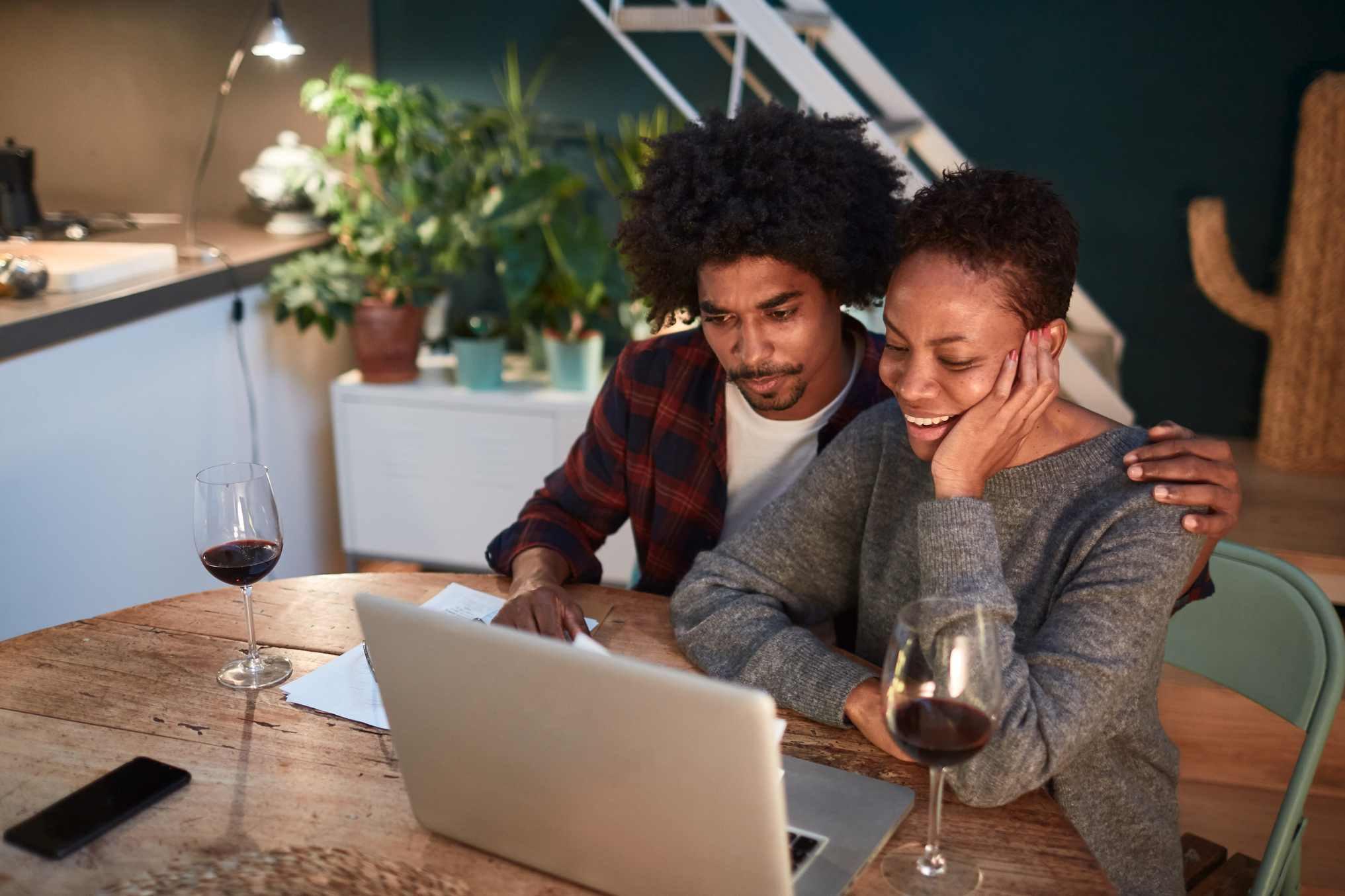 homem e mulher em frente a laptop