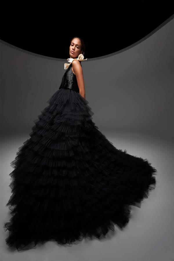 Joan Smalls com look da coleção 19 de couture de Giambattista Valli