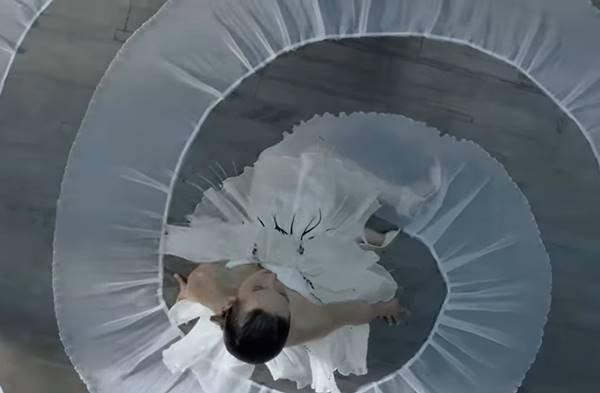 Mulher sentada no chão