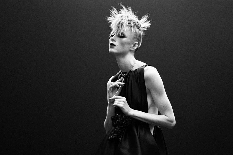 Modelo usando look da Chanel de outono/inverno 2020/21 haute couture