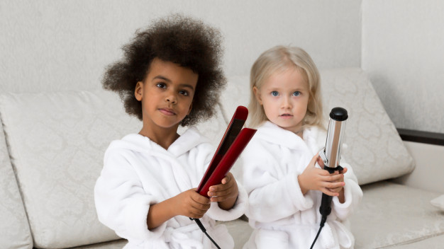 Crianças usando chapinha e baby liss