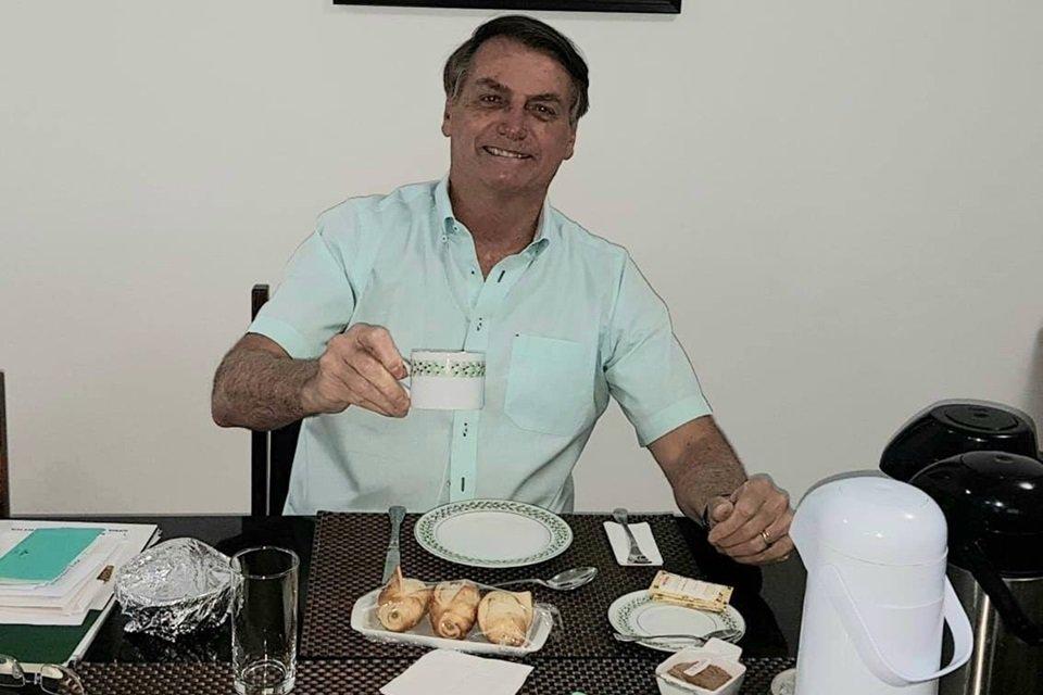 Bolsonaro tomando chá