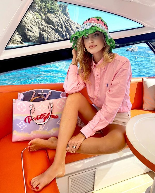 Chiara Ferragni com bucket hat da marca GCDS inspirado nos Ursinhos Carinhosos