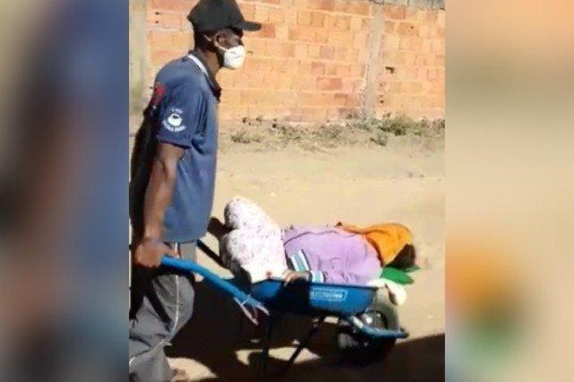 Pai levando filha a unidade de saúde com carrinho de mão