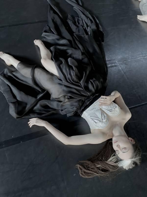 Modelo deitada no chão