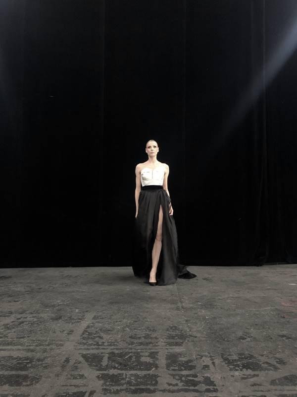 Modelo com visual preto e branco