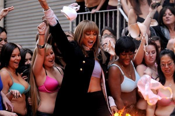 Tyra Banks queima sutiã