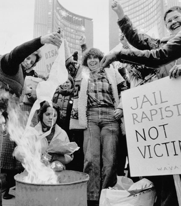 Mulheres queimam sutiã