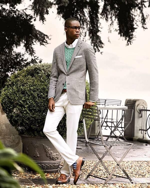 Modelo usando terno e calça clara