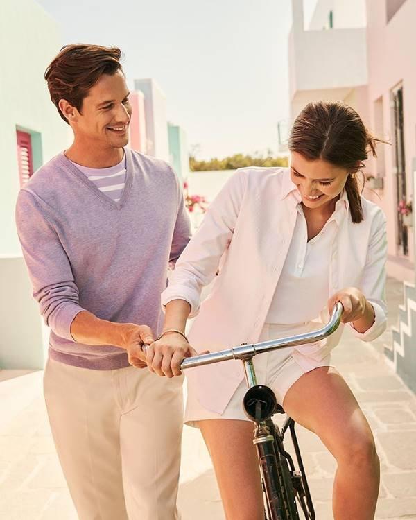 Mulher na bicicleta com homem ao lado