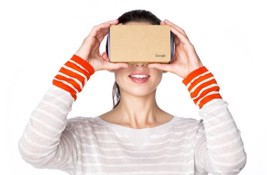 mulher-segurando-oculos-de-realidade-virtual-de-papelão