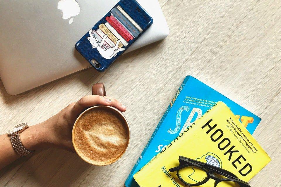 livros, café e celular