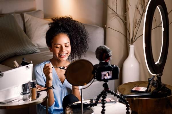 Influenciadora digital de maquiagem
