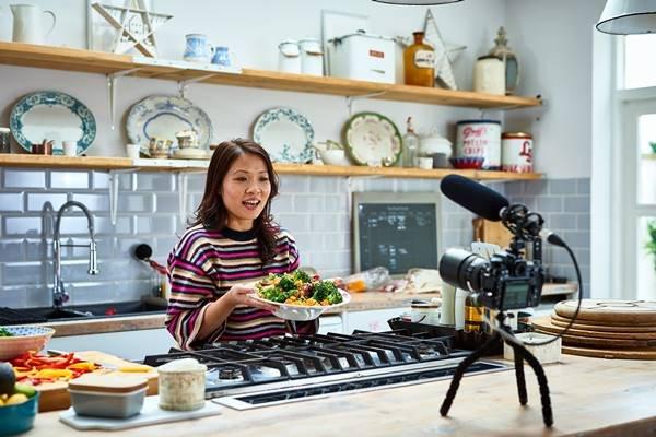 Influenciadora digital mostrando prato saudável