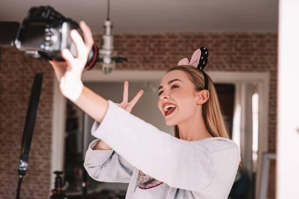 Influenciadora digital fazendo selfie