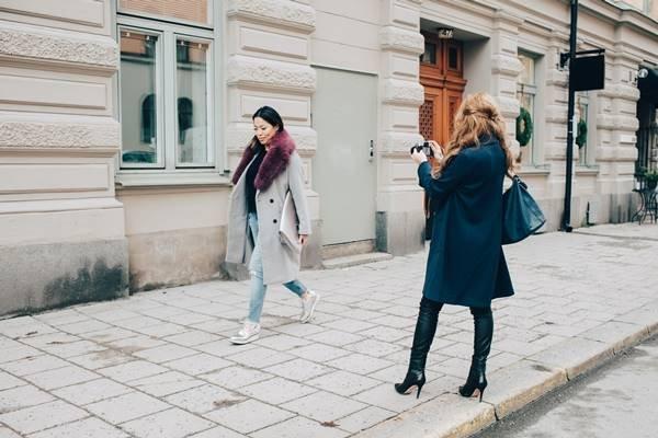 Mulher sendo fotografada na rua