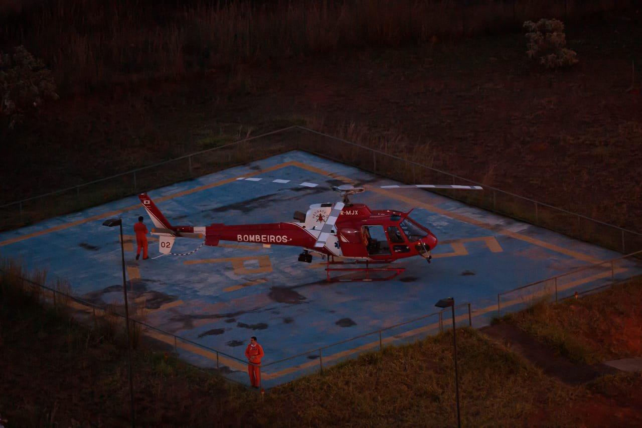 Helicóptero dos bombeiros socorro homem baleado em Águas Claras