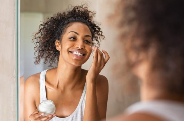mulher negra cuidando da pele