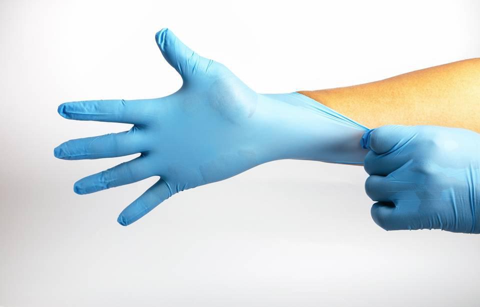 Mãos com luvas de látex