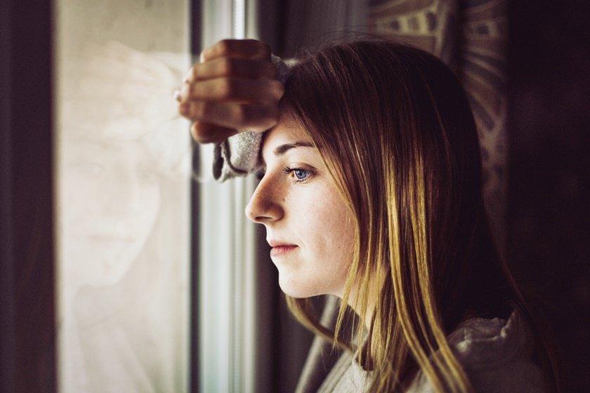 Mulher olha a janela