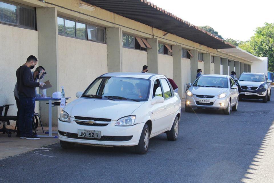 professores nomeados entregam documentos em drive thru da Educação