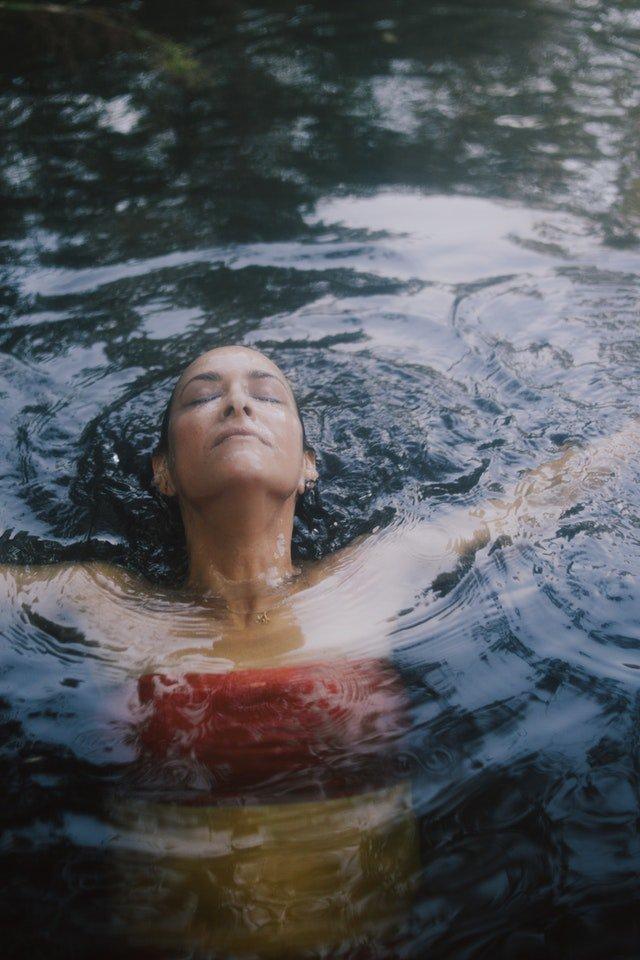 mulher-mergulhando