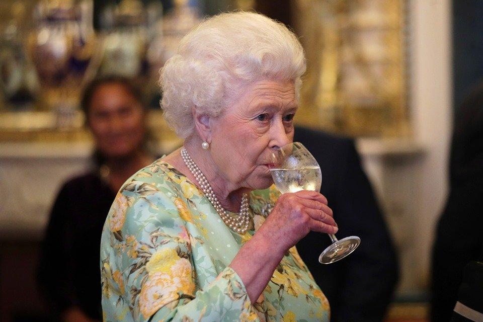 Rainha Elizabeth II é substituída em eventos por dublê de ...