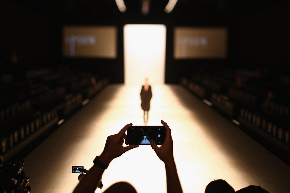 Celular em cenário de desfile de moda