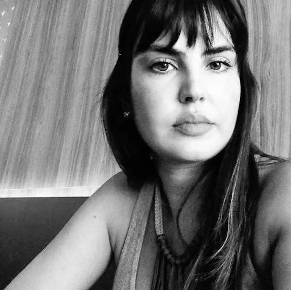 Simone Gasperin em preto e branco