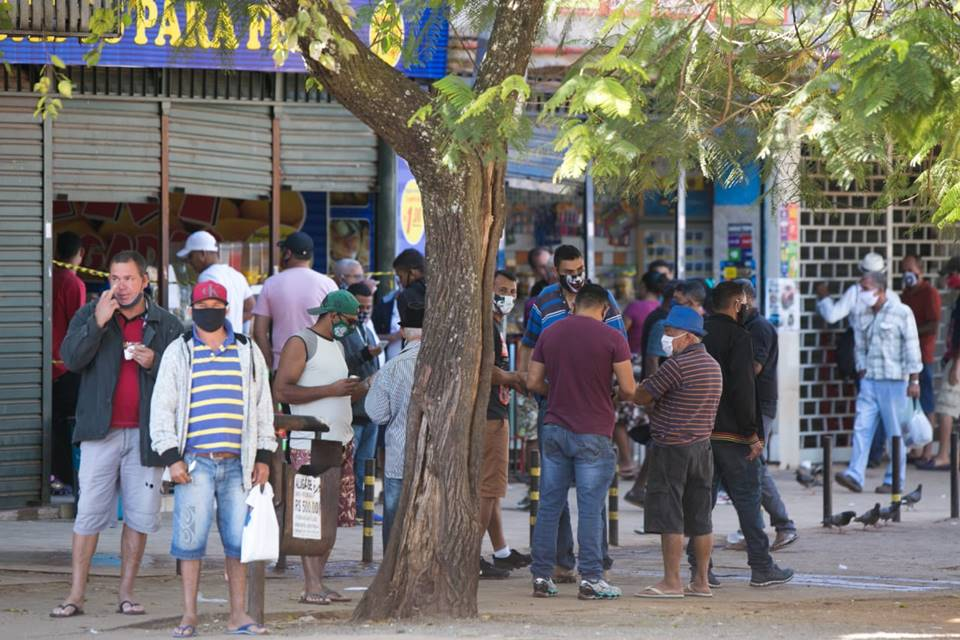 Pessoas nas ruas de Ceilândia durante a pandemia do novo coronavírus