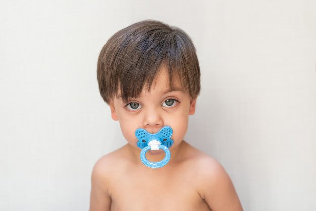 menino com chupeta na boca