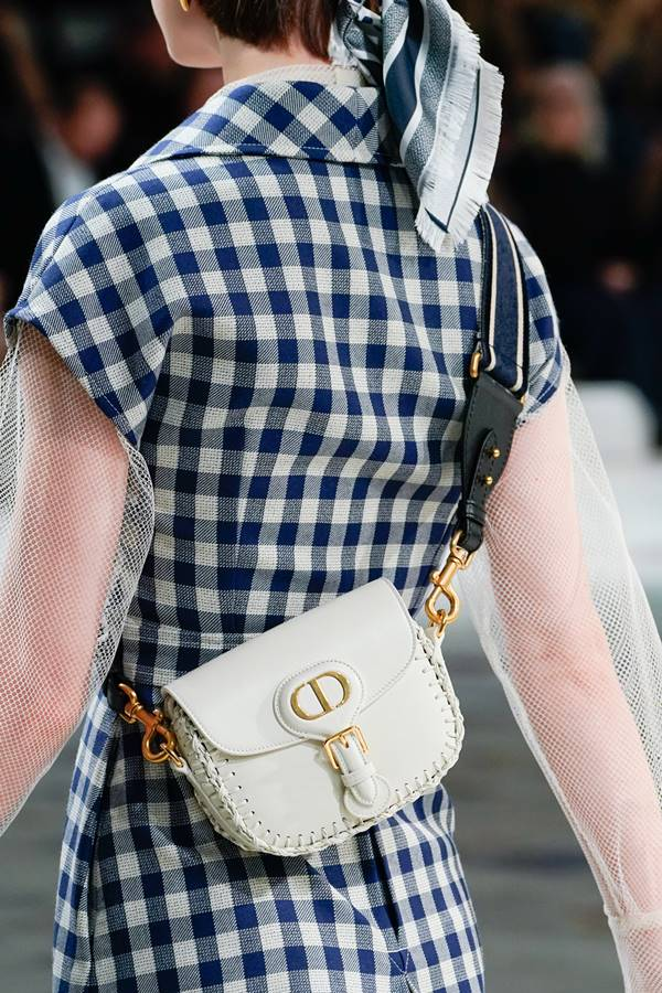 Bolsa usada por modelo em desfile da Dior