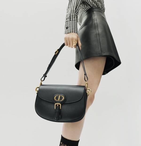 Mulher carregando bolsa da Dior