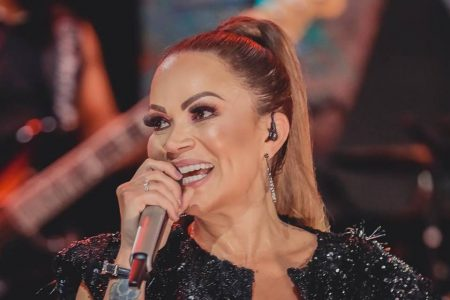 Solange Almeida cantando