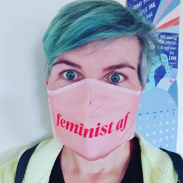 Mulher com máscara feminista