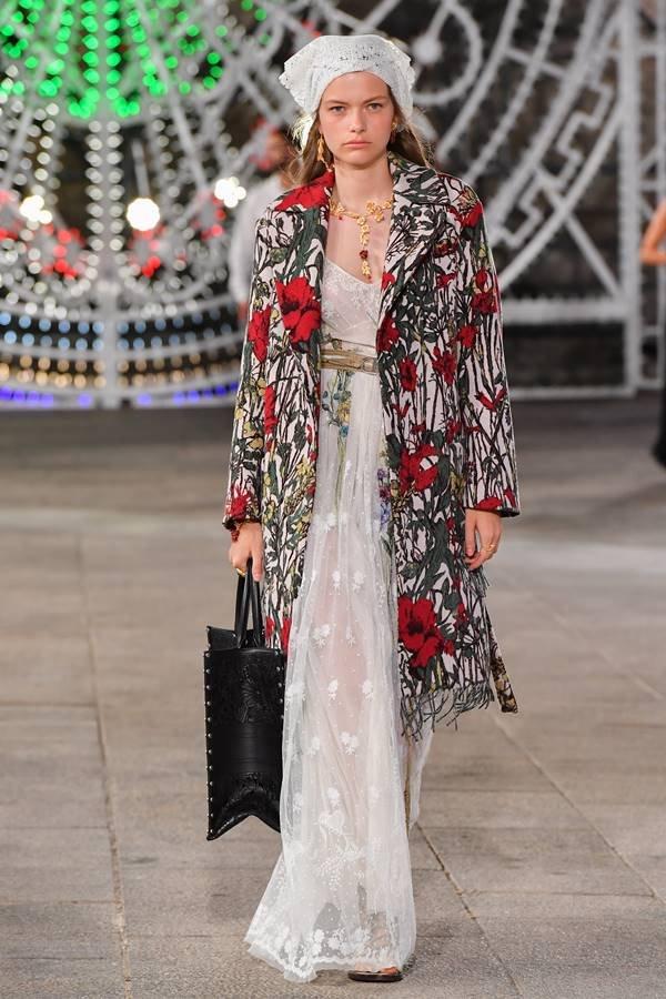 Modelo na passarela Cruise 2021 da Dior