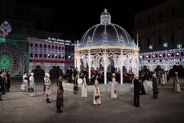 Modelos em cenário do desfile de cruise 2021 da Dior