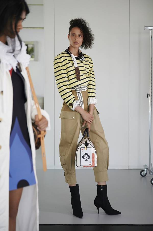 Modelo em lookbook Cruise 2021 da Louis Vuitton