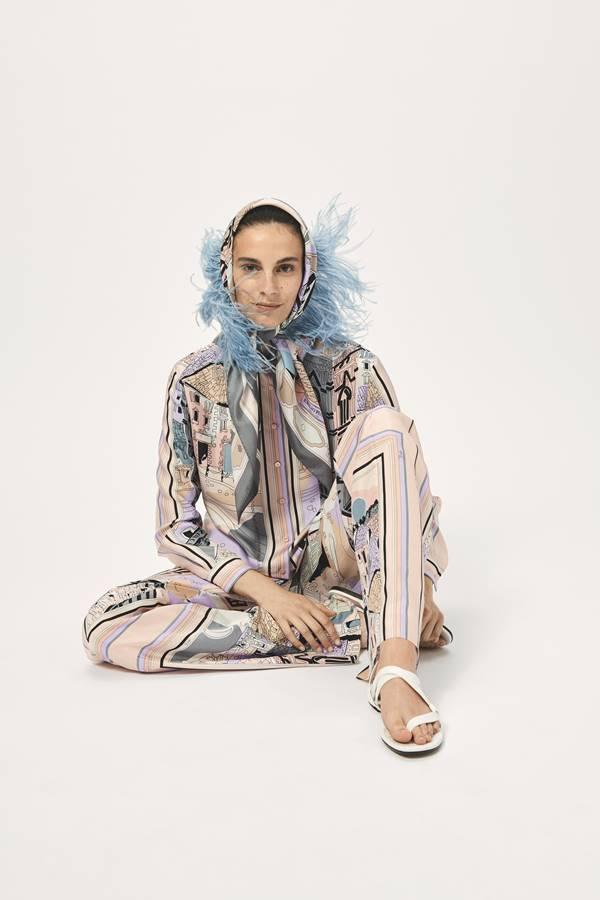 Modelo posa para Emilio Pucci em campanha Resort 2021