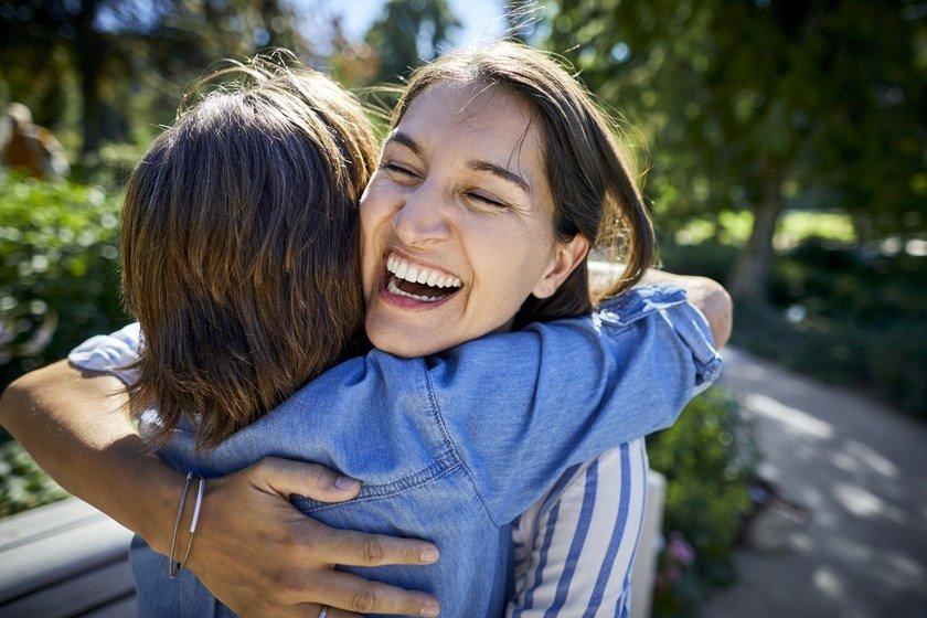 Mulher agradecendo com um abraço